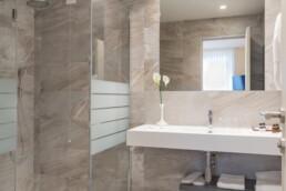 Foto del lavello con la doccia del bagno di una stanza Standard