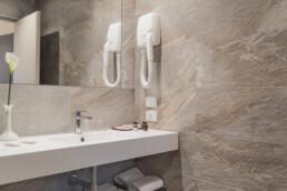 Foto del lavello del bagno di una stanza Standard