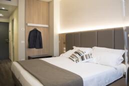 Foto di un letto matrimoniale in una stanza Standard