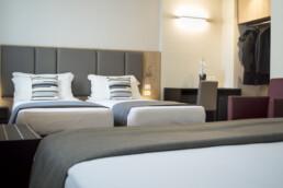 Foto di un letto matrimoniale e di due letti singoli in una stanza Quadrupla