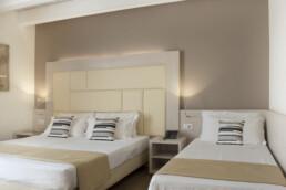 Foto di un letto matrimoniale con un letto singolo in una stanza Tripla Superior